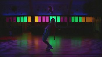 Google Pixel 3a TV Spot, 'Pista de patinaje' canción de Donna Summer [Spanish] - Thumbnail 3