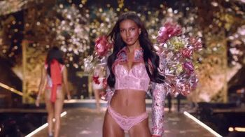 Victoria's Secret TV Spot, '2018 Fashion Show Bag' - Thumbnail 7