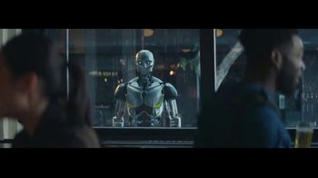 Michelob ULTRA TV Spot, 'Robots' con Maluma [Spanish] - Thumbnail 8