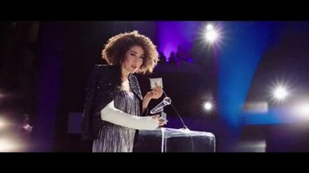 Aflac TV Spot, '2019 ACM Awards: Celebrities. Music. Questions About Aflac.' - Thumbnail 6