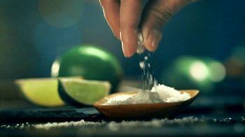 Modelo Chelada Limón y Sal TV Spot, 'Tradiciones' canción de Ennio Morricone [Spanish] - Thumbnail 4