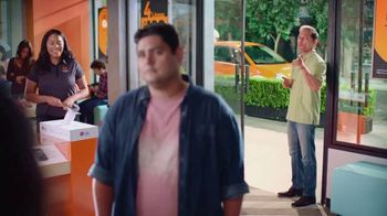 Boost Mobile Unlimited Gigs TV Spot, 'Convencer a papá: ¡haz el switch a los ahorros!' [Spanish] - Thumbnail 2