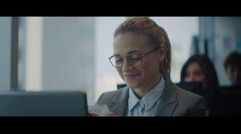 Extra Spearmint TV Spot, 'La historia de Sarah y Juan: aeropuerto' canción de Haley Reinhart [Spanish] - Thumbnail 9