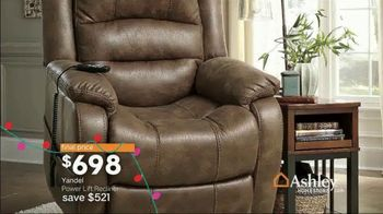 Ashley HomeStore Home for the Holidays TV Spot, 'Spread Some Cheer: Aramore Sofa' - Thumbnail 7
