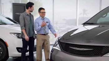 2019 Chrysler Pacifica TV Spot, 'Tough Decision: Talking Van' [Spanish] [T1] - Thumbnail 4