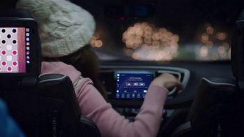 Chrysler Big Finish 2018 TV Spot, 'Dance: Caroling' Featuring Kathryn Hahn [T2] - Thumbnail 3