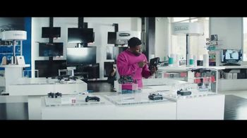 Chase Freedom Unlimited Card TV Spot, 'Always Earning at the Electronics Store' Featuring Kevin Hart - Thumbnail 8