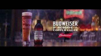 Budweiser Reserve Copper Lager TV Spot, 'Una nueva Bud en la ciudad' con Charlize Theron [Spanish] - Thumbnail 6