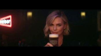Budweiser Reserve Copper Lager TV Spot, 'Una nueva Bud en la ciudad' con Charlize Theron [Spanish] - 481 commercial airings