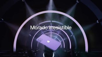 Apple iPhone 12 TV Spot, 'Mmmmm, púrpura' canción de Aubrey Woods [Spanish] - Thumbnail 7