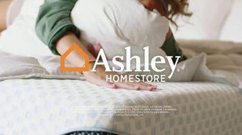 Ashley HomeStore TV Spot, 'Dormir mejor: ahorra $1,100 dólares en colchones selectos' [Spanish] - Thumbnail 5