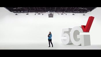 Verizon TV Spot, 'Disney+: compre un teléfono y llévate otro' [Spanish] - Thumbnail 1