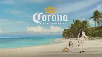 Corona Extra TV Spot, 'Friends' Featuring Snoop Dogg, Bad Bunny, Song by Whodini - Thumbnail 10
