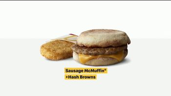 McDonald's TV Spot, 'El hoy brindo yo meal ... casi: Sausage McMuffin y Biscuit con Hash Browns' [Spanish] - Thumbnail 7