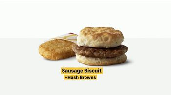 McDonald's TV Spot, 'El hoy brindo yo meal ... casi: Sausage McMuffin y Biscuit con Hash Browns' [Spanish] - Thumbnail 8