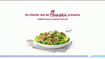 Chick-fil-A Lemon Kale Caesar Salad TV Spot, 'Los pequeños detalles: Rafael y Betsy' [Spanish] - Thumbnail 1