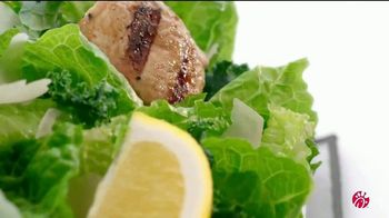 Chick-fil-A Lemon Kale Caesar Salad TV Spot, 'Los pequeños detalles: Rafael y Betsy' [Spanish] - Thumbnail 4