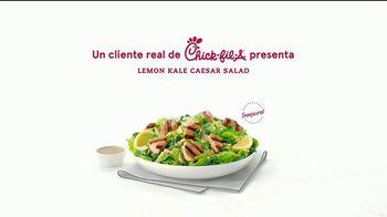 Chick-fil-A Lemon Kale Caesar Salad TV Spot, 'Los pequeños detalles: Rafael y Betsy' [Spanish] - Thumbnail 5