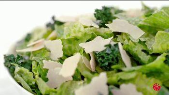 Chick-fil-A Lemon Kale Caesar Salad TV Spot, 'Los pequeños detalles: Rafael y Betsy' [Spanish] - Thumbnail 6