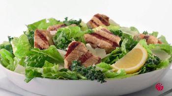 Chick-fil-A Lemon Kale Caesar Salad TV Spot, 'Los pequeños detalles: Carol y Miguel' [Spanish] - Thumbnail 6