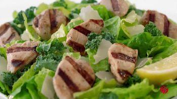 Chick-fil-A Lemon Kale Caesar Salad TV Spot, 'Los pequeños detalles: Carol y Miguel' [Spanish] - Thumbnail 7