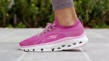 SKECHERS Glide-Step TV Spot, 'Walking on Air'
