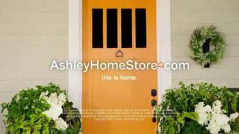 Ashley HomeStore Swing Into Summer Sale! TV Spot, 'Estilos de verano' [Spanish] - Thumbnail 7