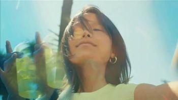 Starbucks Kiwi Starfruit Refresher TV Spot, 'Happy Place: Beach' Song by Julietta - Thumbnail 4
