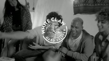 White Claw Hard Seltzer TV Spot, 'Fiesta en casa' canción de Black Honey [Spanish]