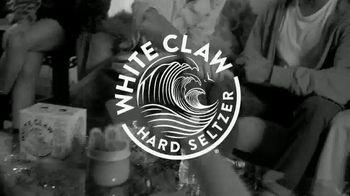 White Claw Hard Seltzer TV Spot, 'Fiesta en casa' canción de Black Honey [Spanish] - Thumbnail 2