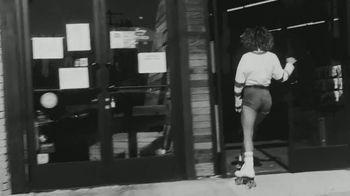 White Claw Hard Seltzer TV Spot, 'Patinar' canción de Zach Said [Spanish] - Thumbnail 3