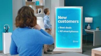 AT&T Wireless TV Spot, 'Lily Rotating Sign + Free Samsung Galaxy S21 5G' - Thumbnail 2
