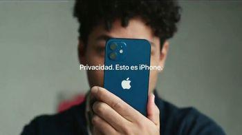Apple iPhone TV Spot, 'Rastrear' canción de Delta 5 [Spanish] - Thumbnail 10