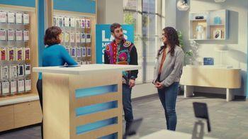 AT&T Wireless TV Spot, 'Best Deals: camisa de la suerte' [Spanish] - Thumbnail 7