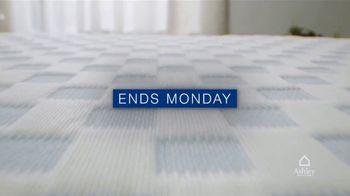 Ashley HomeStore Memorial Day Mattress Sale TV Spot, 'Save $800, 0% Interest' - Thumbnail 7