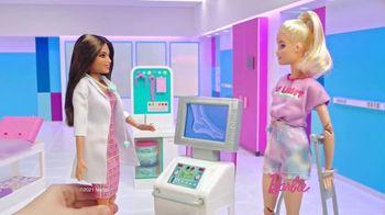 Barbie Fast Cast Clinic TV Spot, 'Everyday Hero' - Thumbnail 4