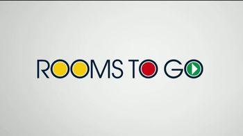 Rooms to Go Venta del 30 Aniversario TV Spot, 'Dormitorio con almacenamiento' canción de Junior Senior [Spanish] - Thumbnail 1