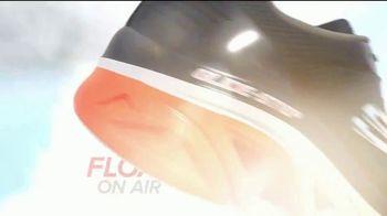 SKECHERS Glide-Step TV Spot, 'Flotar' [Spanish] - Thumbnail 2