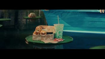 Taco Bell $5 Chalupa Cravings Box TV Spot, 'Antojos más salvajes: barco' [Spanish] - Thumbnail 3