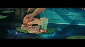 Taco Bell $5 Chalupa Cravings Box TV Spot, 'Antojos más salvajes: barco' [Spanish] - Thumbnail 4