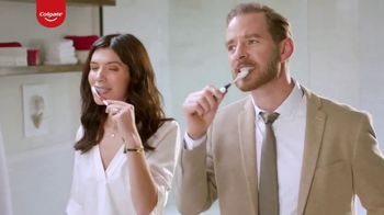 Colgate Optic White Renewal TV Spot, 'Aprendiendo español' [Spanish] - Thumbnail 3