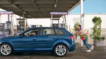 Citi Custom Cash Card TV Spot, 'It Pays to be Rashida & Dan: Workout, Gas Station, Café' - Thumbnail 5