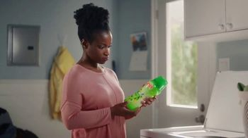 Gain Detergent Fireworks Scent Booster TV Spot, 'Clara y Ron' [Spanish] - Thumbnail 2