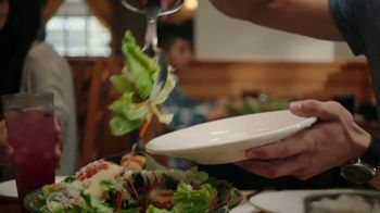 Olive Garden Never Ending Soup, Salad and Breadsticks TV Spot, 'Primer plato ilimitado' [Spanish] - Thumbnail 6