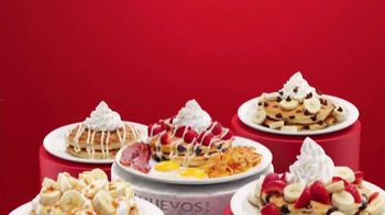 Denny's Red, White & Blue Pancakes TV Spot, 'Panqueques del mes' [Spanish] - Thumbnail 3