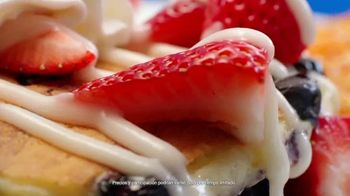 Denny's Red, White & Blue Pancakes TV Spot, 'Panqueques del mes' [Spanish] - Thumbnail 5