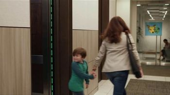 Zaxby's Kickin' Chicken Sandwich Meal TV Spot, 'Elevator' - Thumbnail 4