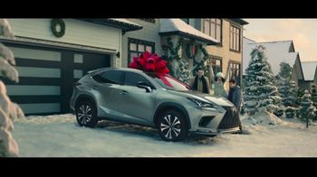Lexus December to Remember Sales Event TV Spot, 'The Bow Cover-Up' [T1] - Thumbnail 8
