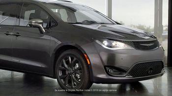 Chrysler Black Friday Sales Event TV Spot, 'Tough Decision: Talking Van' [Spanish] [T2] - Thumbnail 2