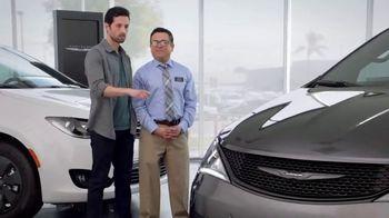 Chrysler Black Friday Sales Event TV Spot, 'Tough Decision: Talking Van' [Spanish] [T2] - Thumbnail 3